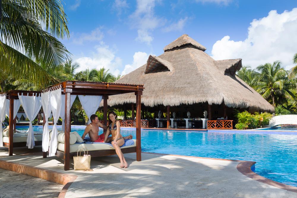 EDR-Couple-LaIsla-Pool-Honeymoon-Resort-All-Inclusive-Couple